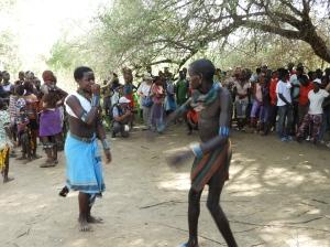 Vrouwen slaan bij bull jumping ritueel
