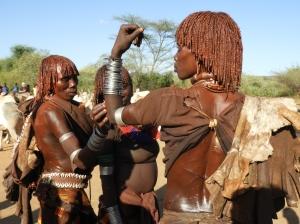 vrouwen bij bull jumping ritueel hamar tribe